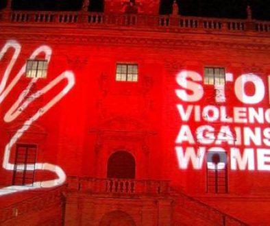 Femminicidio: Campidoglio 'in rosso' contro violenza donne